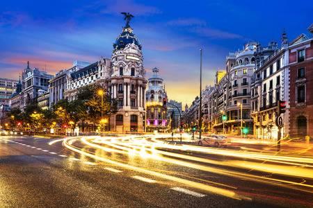 26835896-rayos-de-luces-de-tráfico-en-la-gran-vía-principal-calle-comercial-de-madrid-en-la-noche-españa-europa-